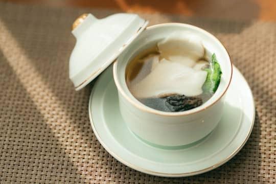 Suppe klären für das perfekte Menü: So geht es ganz einfach